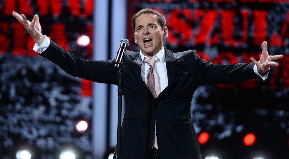 """Na co dzień komentator sportowy, tu – wokalista. Przemysław Babiarz zaśpiewał """"W Polskę idziemy"""" (fot. Jan Bogacz/TVP)"""