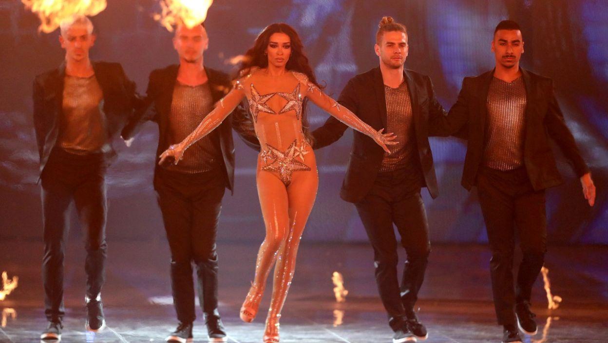 """Reprezentująca Cypr Greczynka Eleni Foureira wykonała pamiętny utwór """"Dancing Lasha Tumbai"""" którym ukraińska drag queen Verka Serduchka wywalczyła drugą lokatę w Eurowizji z 2007 roku (fot. PAP/EPA)"""