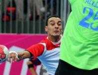 Oussama Boughanmi  rzuca na bramkę rywali (fot.PAP/EPA)