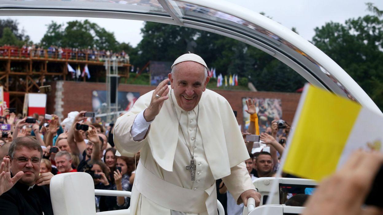 Papież Franciszek w papamobile (fot. PAP)