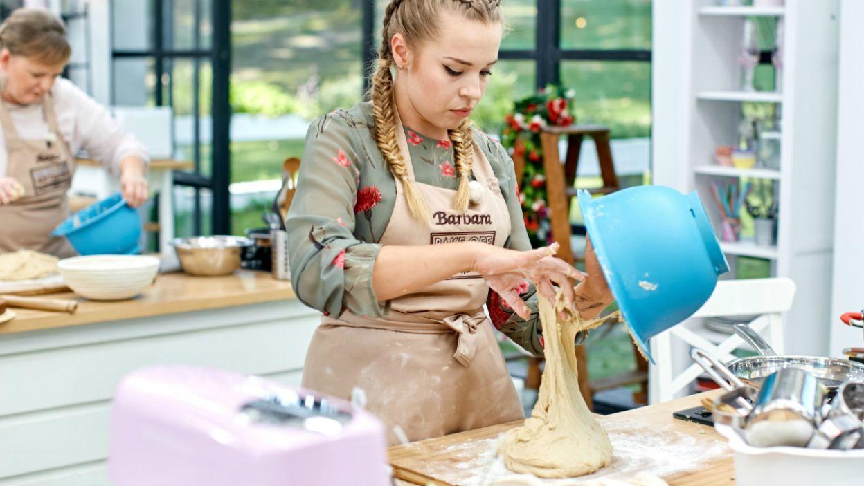 Basia z aptekarską starannością odmierza ciasto na zakwasie (fot. TVP)