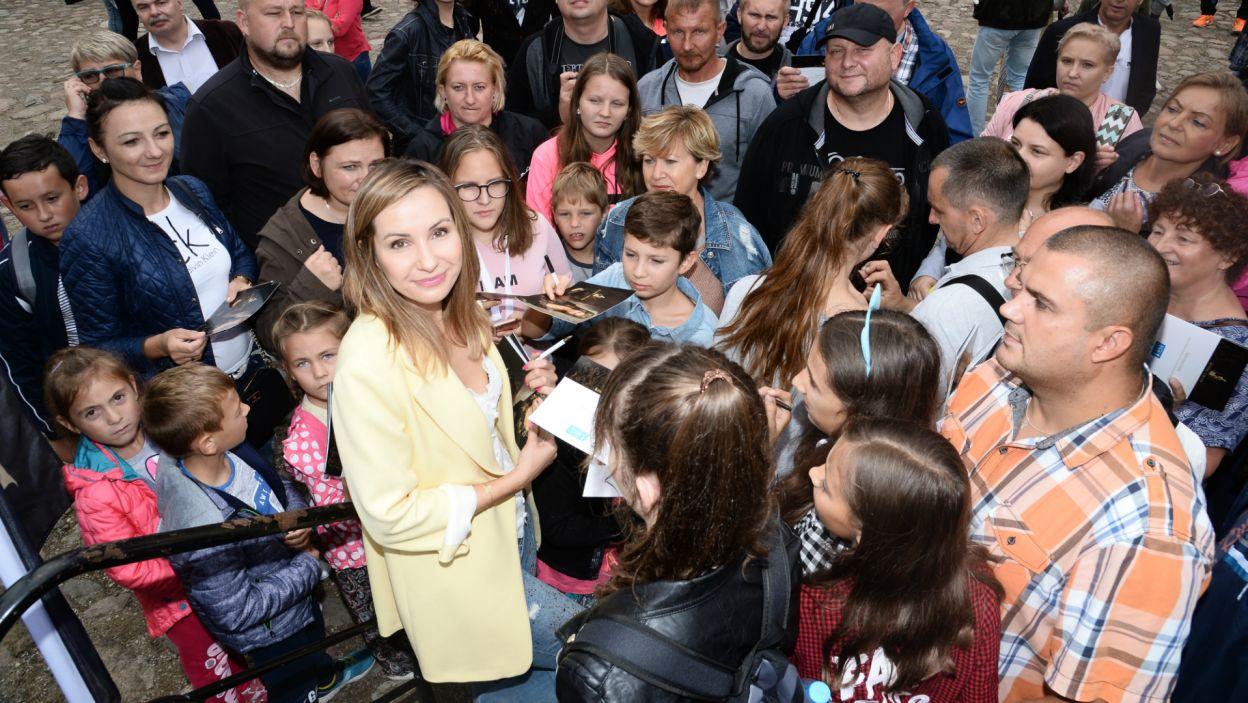 Tłumy ustawiały się również po autograf serialowej Elżbiety Łokietkówny (fot. J. Bogacz/TVP)