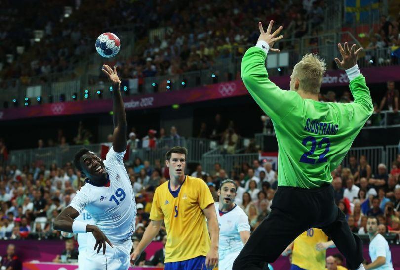 Fruwający Luc Abalo w ataku na bramkę Szwecji (fot. Getty Images)