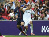 Hiroki Sakai w ostrym starciu z  Marco Fabianem (fot.PAP/EPA)
