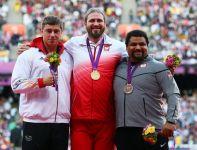 Tomasz Majewski  (w środku), David Storl  i Reese Hoffa  na podium IO w Londynie (fot.PAP/EPA)