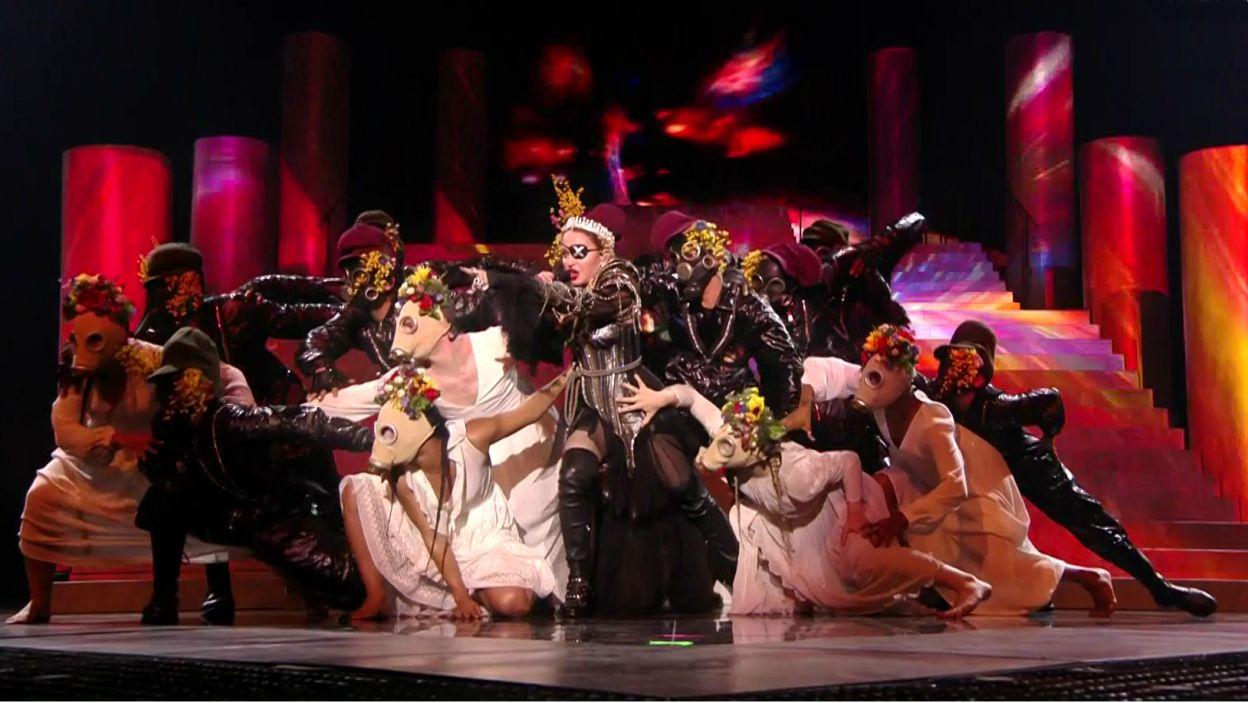 """W Tel Awiwie Madonnie na scenie towarzyszył Quavo z amerykańskiej grupy Migos. Razem wykonali """"Future"""", najnowszy przebój królowej popu (fot. TVP)"""