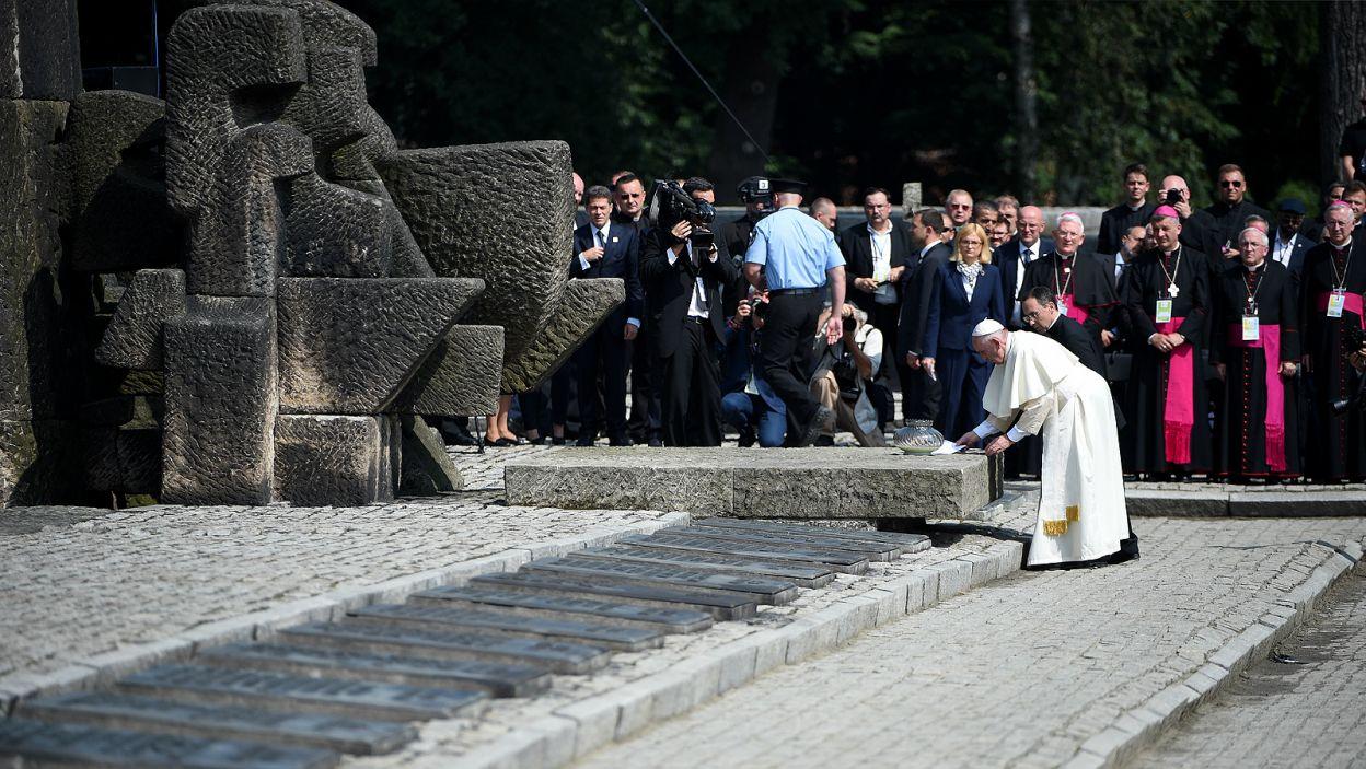 Franciszek zapalił znicz przy Międzynarodowym Pomniku Ofiar Faszyzmu w obozie zagłady Auschwitz-Birkenau II (fot. PAP)