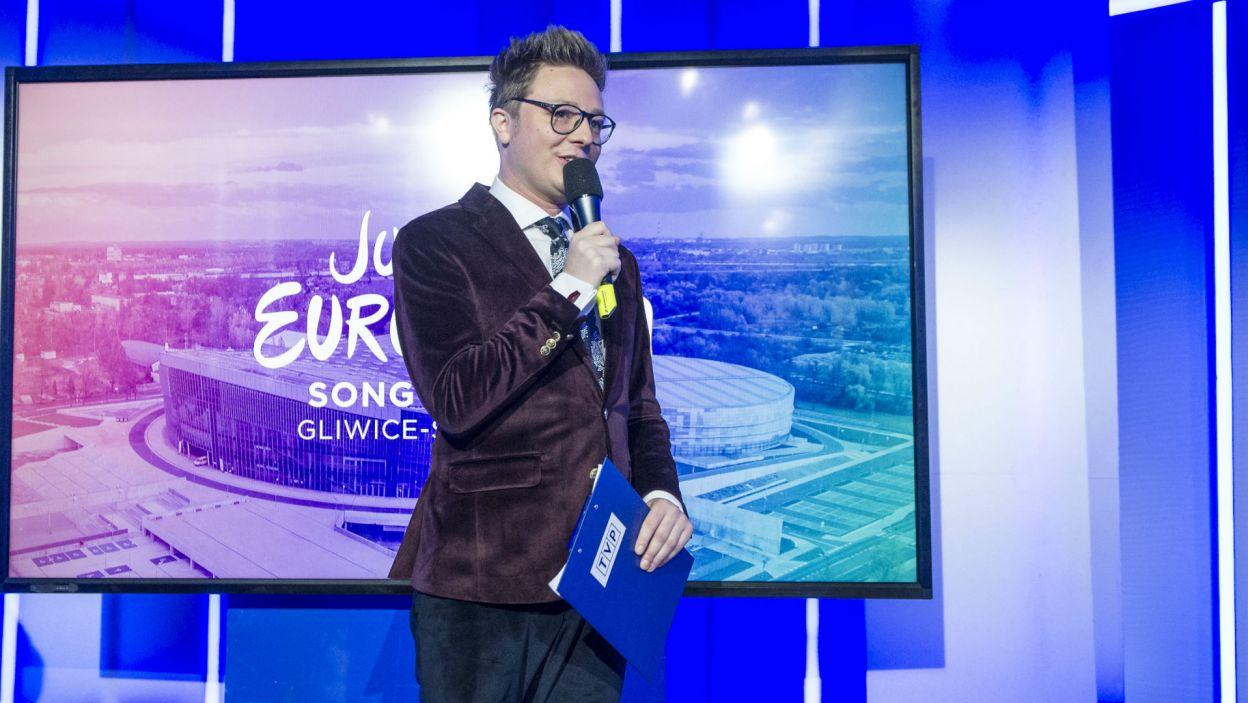 Prowadzący konferencję Mateusz Szymkowiak, a w tle prezentacja nowoczesnej, mogącej pomieścić ponad 17 tys. ludzi Areny Gliwice (fot. N. Młodzik/TVP)