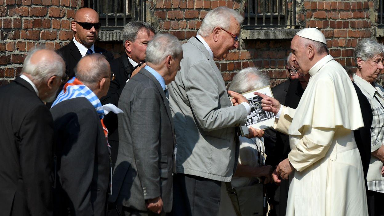 Następnie Franciszek spotkał się z byłymi więźniami obozu (fot. PAP)