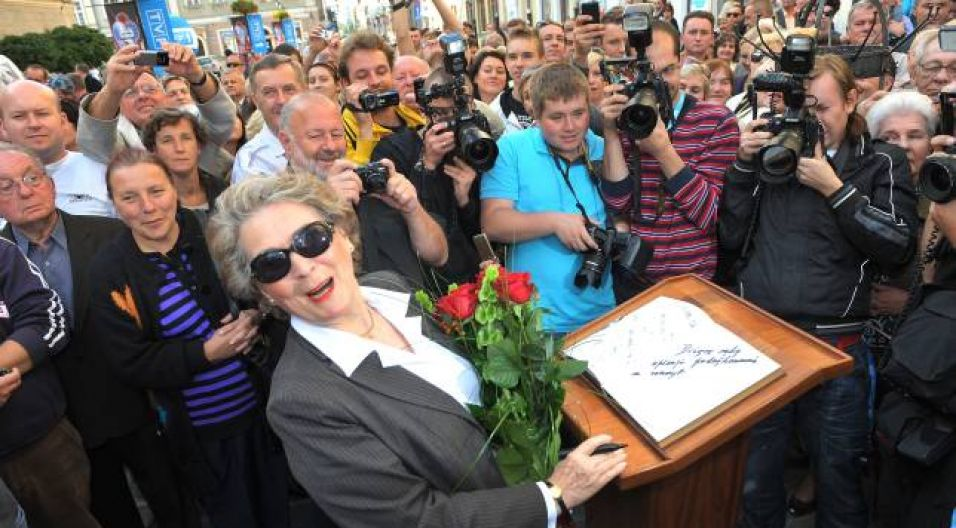 Pani Irena wpisała się również do pamiątkowej księgi (fot. Ireneusz Sobieszczuk/TVP)