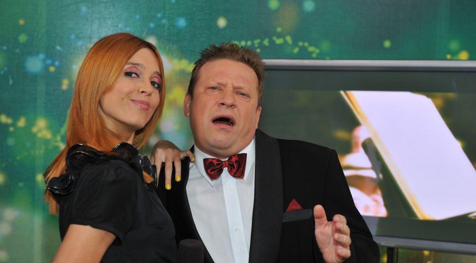 Kasia Burzyńska pociesza za kulisami Jarka Janiszewskiego, który tęskni za pomidorami (fot. Jan Bogacz/TVP)