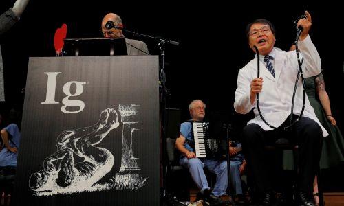 """Akira Horiuchi z Japonii demonstruje badania, za które otrzymał Ig Nobla w dziedzinie edukacji medycznej – """"Kolonoskopia w pozycji siedzącej: wnioski wyciągnięte z samodzielnie wykonanego badania"""". Fot. REUTERS / Brian Snyder"""