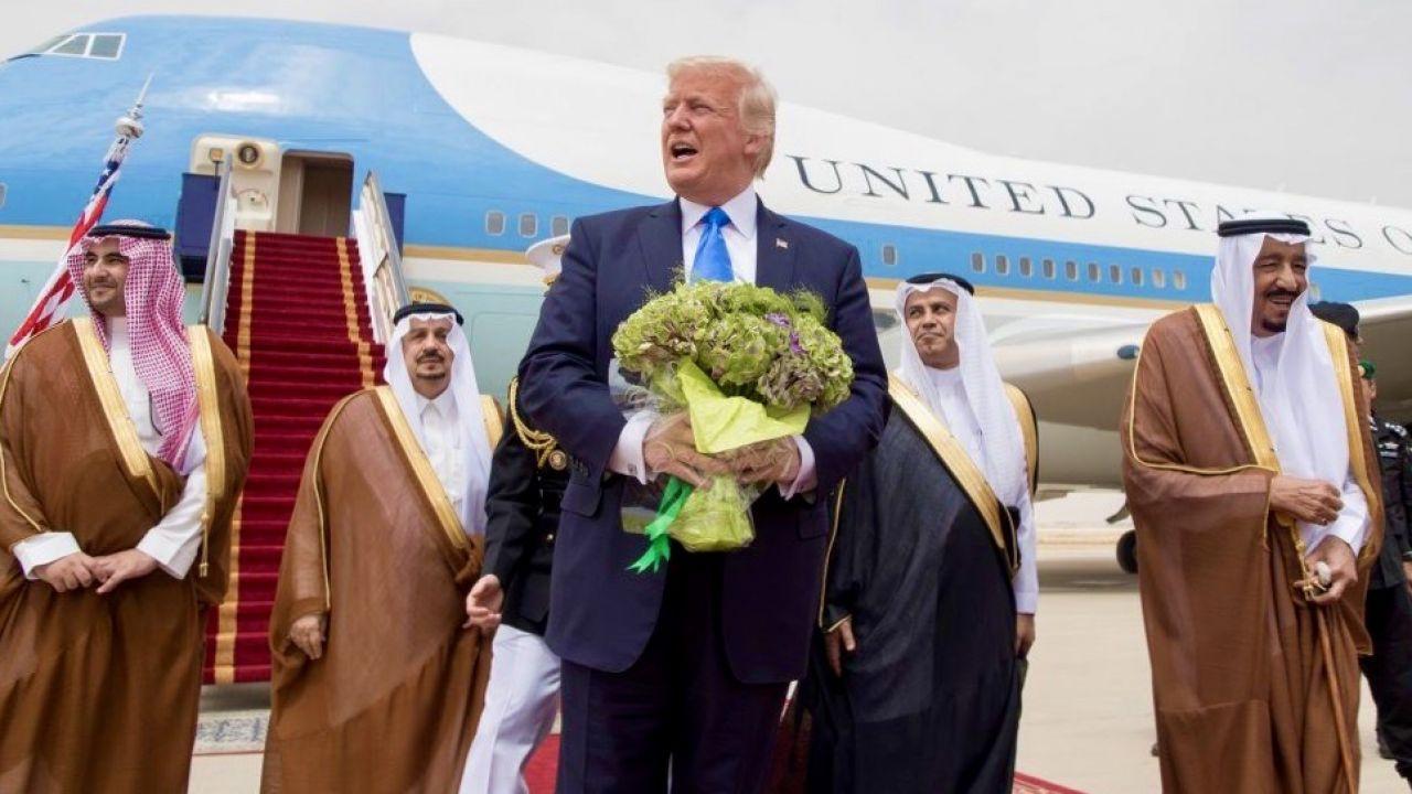 Naftowy kryzys uderza już w notowania Donalda Trumpa (fot. Bandar Algaloud/Saudi Royal Council/Handout/Anadolu Agency/Getty Images)