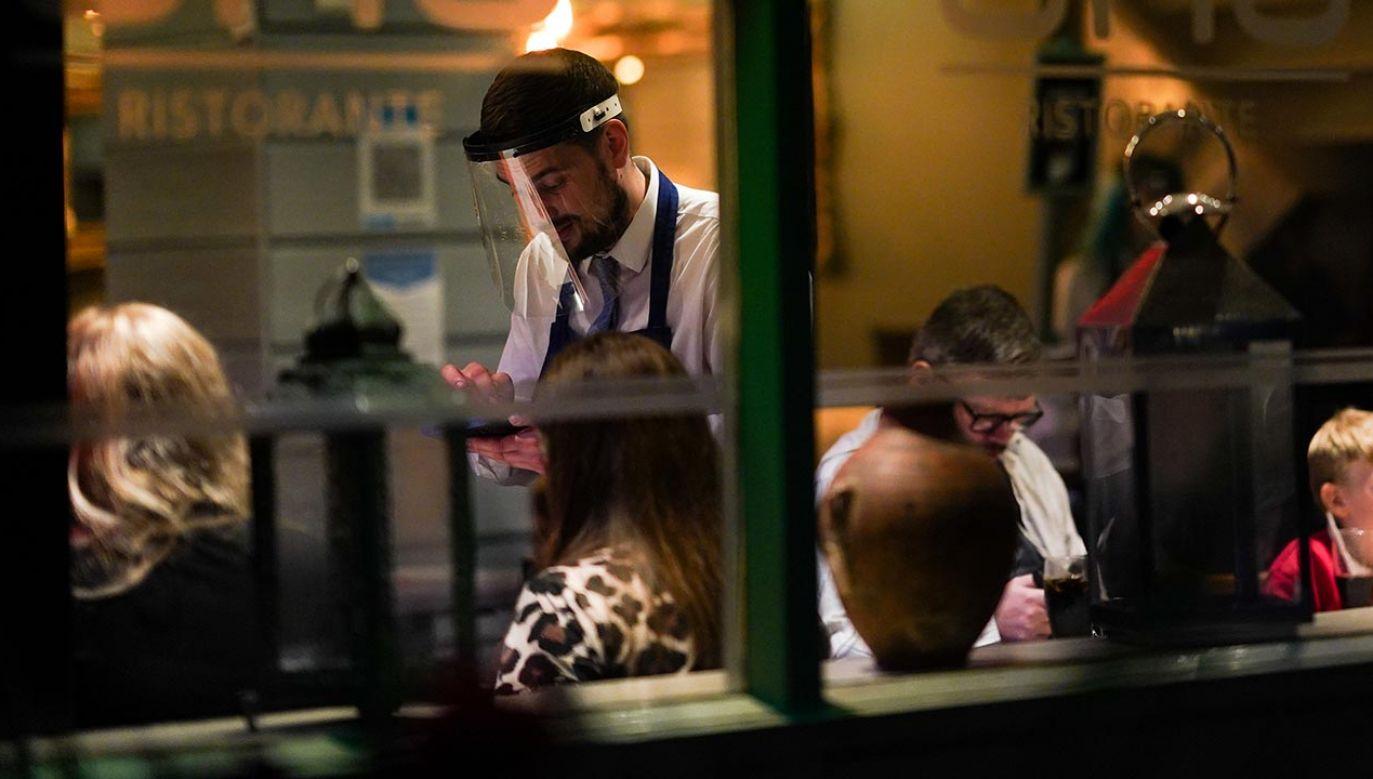 Część przedsiębiorców otwiera lokale wbrew rozporządzeniu (fot.  Ian Forsyth/Getty Images)