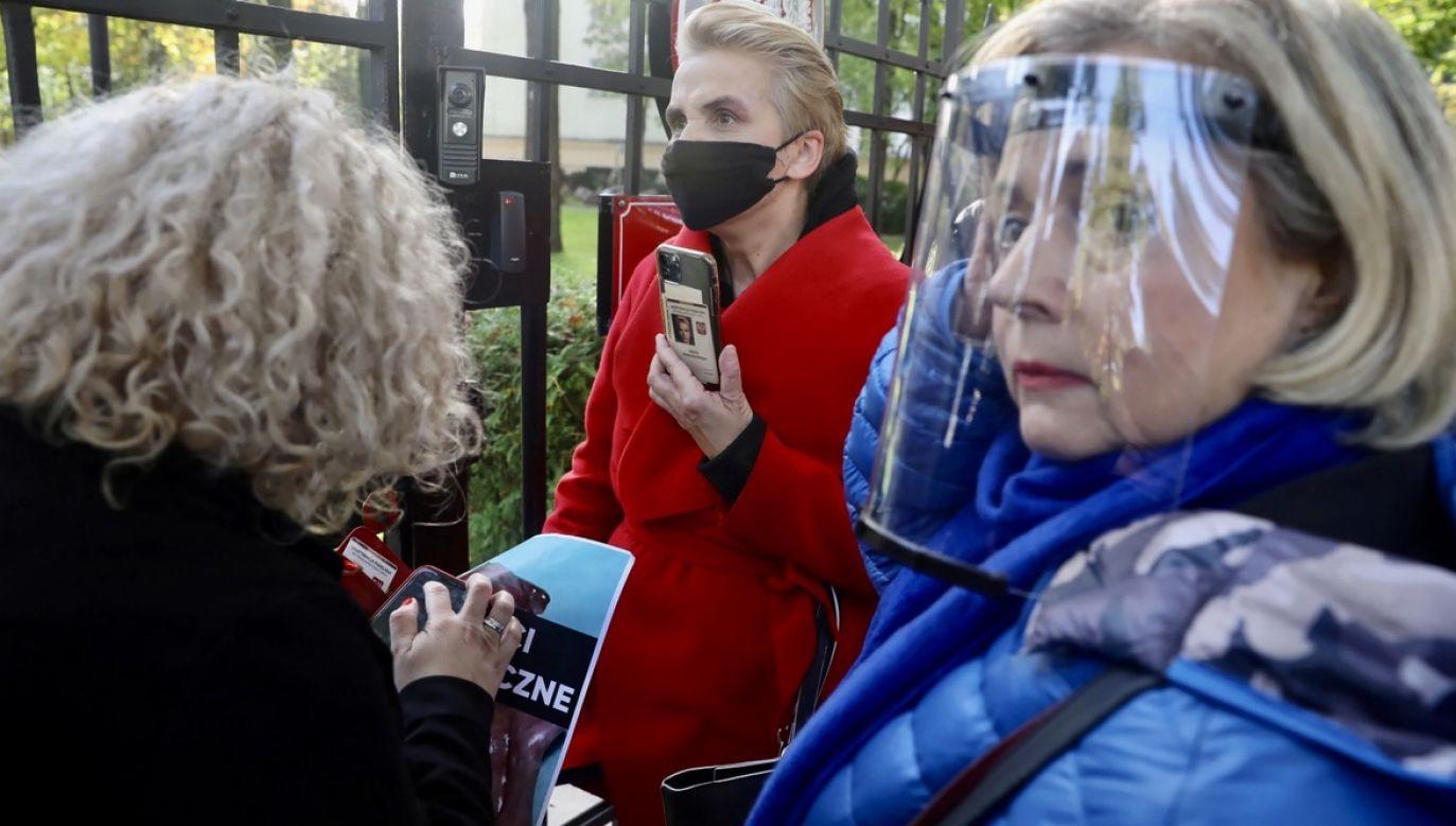Wanda Nowicka i inne posłanki Lewicy przed siedzibą Trybunału Konstytucyjnego w Warszawie (fot. PAP/Tomasz Gzell)