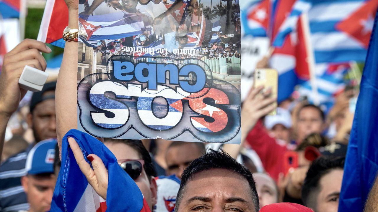 Manifestacje antyrządowe na Kubie (fot. PAP/EPA/CRISTOBAL HERRERA-ULASHKEVICH)