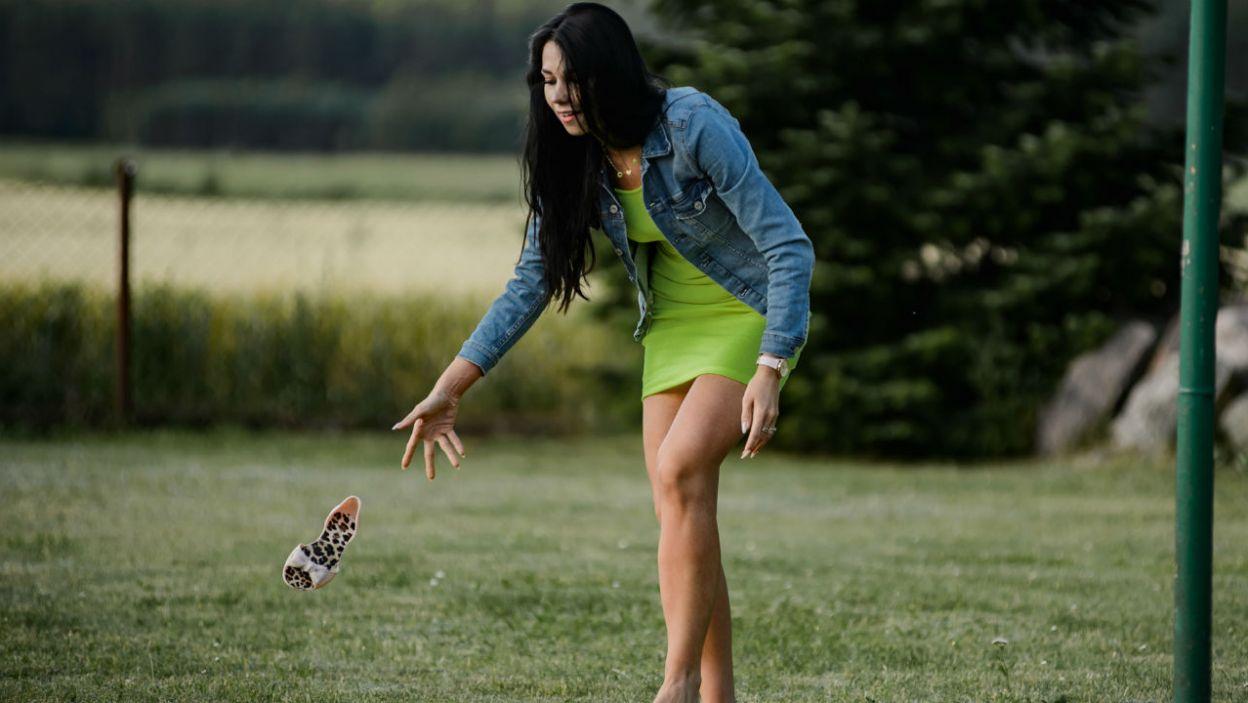 Na wsi ważny jest odpowiedni ubiór, dlatego Diana podczas meczu siatkówki postanowiła zrezygnować z butów (fot. TVP)