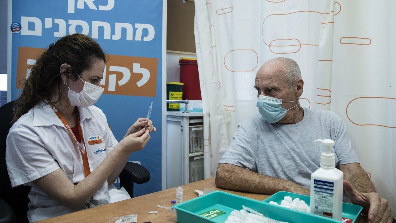 Dotychczas w Izraelu przypominającą dawkę otrzymało niemal 13 proc. mieszkańców (fot. Amir Levy/Getty Images)