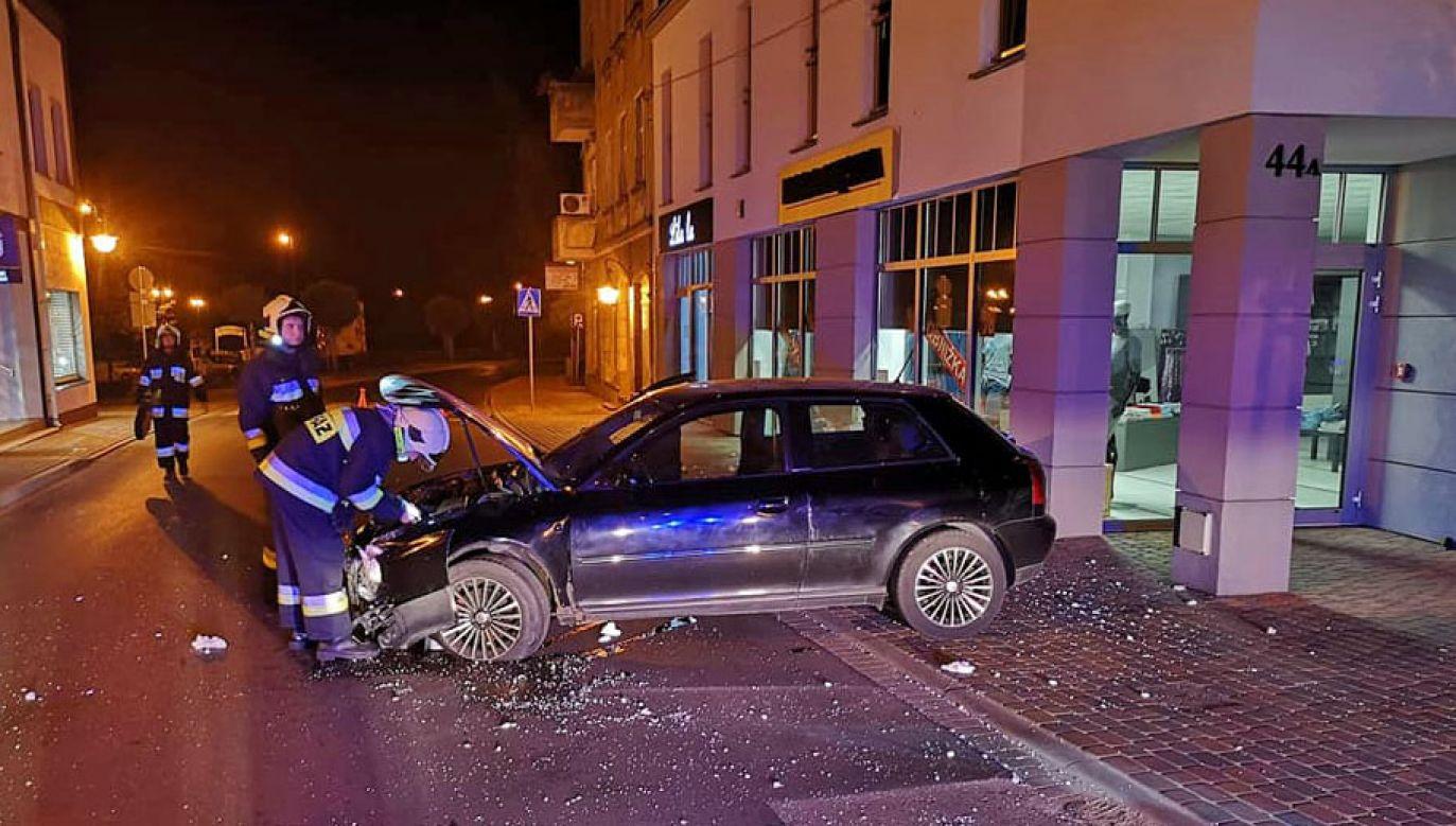 Kierowca porzucił rozbity samochód (fot. Facebook/OSP Zbąszyń)