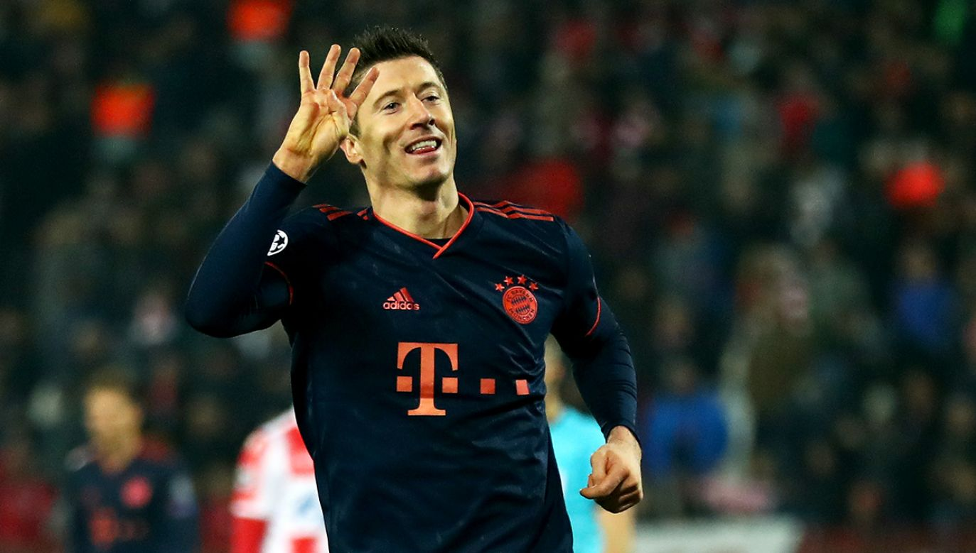 Robert Lewandowski pokazuje, ile goli strzelił Crvenie Zvezdzie Belgrad (fot. Lars Baron/Bongarts/Getty Images)