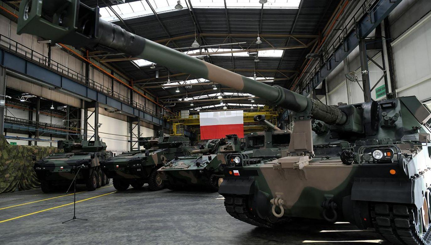 """""""Wojsko Polskie jest coraz liczniejsze i jest wyposażane w najnowocześniejszy sprzęt"""" – ocenia szef MON (fot. PAP/Darek Delmanowicz)"""