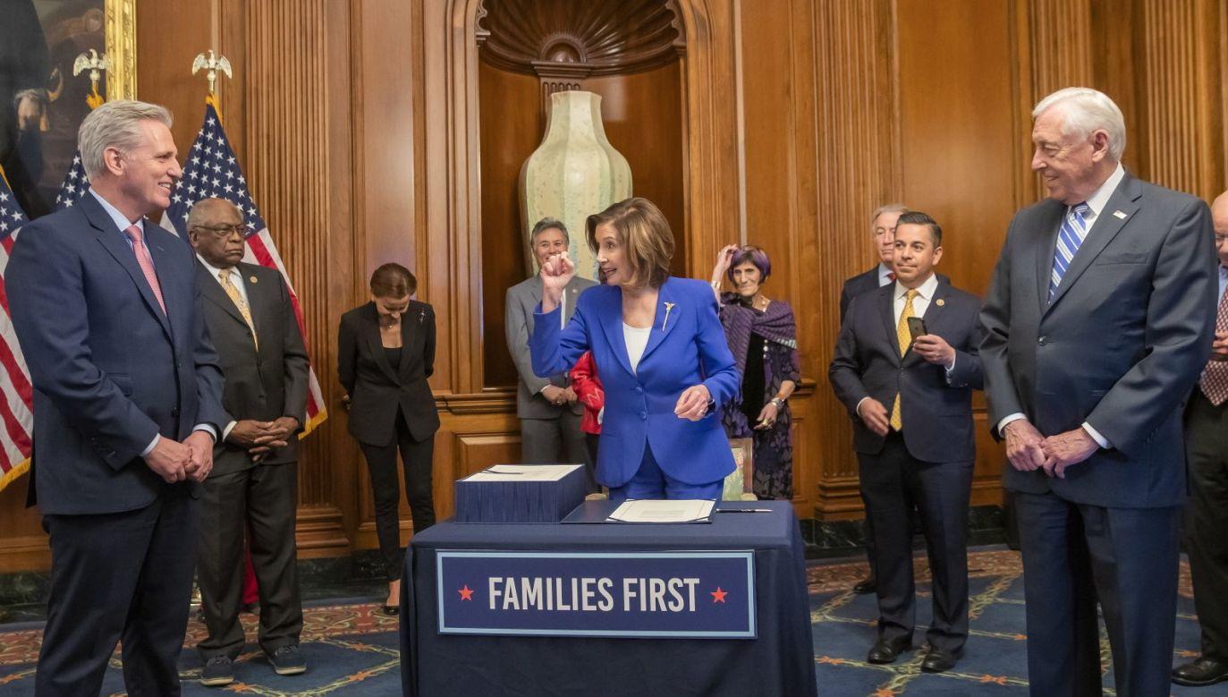 Szefowa amerykańskiej Izby Reprezentantów Nancy Pelosi i Demokraci uważają, że potrzebne są dodatkowe środki na głosowanie korespondencyjne (fot. PAP/EPA/ERIK S. LESSER)