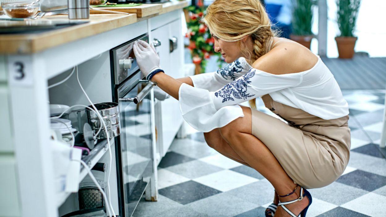 Magda precyzyjnie ustawia temperaturę dla wypieków... (fot.TVP)