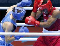 Andriej Zamkowoj z Rosji wygrał swoją walkę z Amerykaninem Errolem Spencem w wadze półśredniej (fot. PAP/EPA)