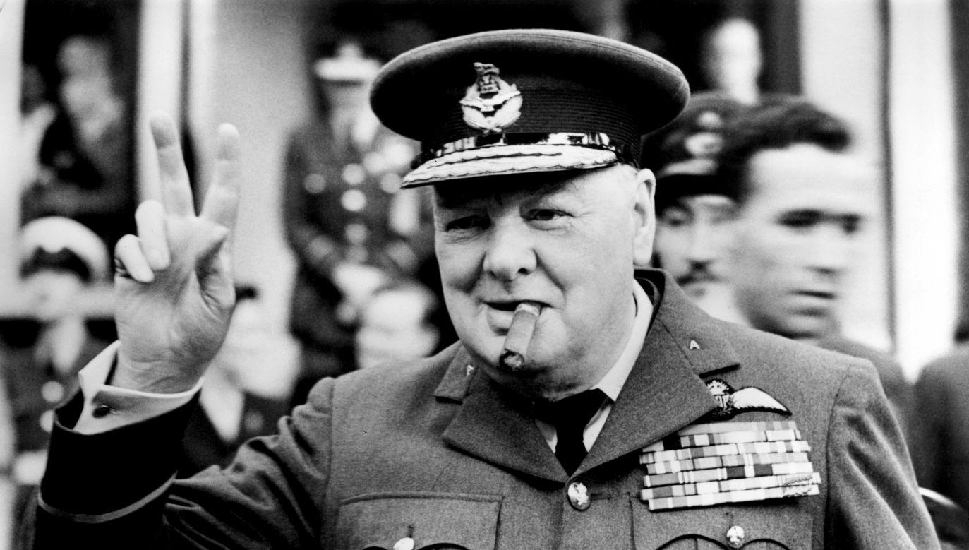 """Winston Churchill pokazuje swój słynny znak zwycięstwa """"V"""", otwierając nową kwaterę 615 (hrabstwo Surrey) dywizjonu RAAF (Royal Auxiliary Air Force) w Croydon, 1948 r. Fot. Central Press / Hulton Archive / Getty Images"""