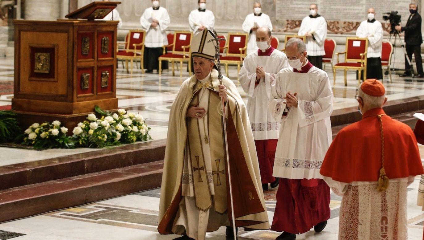 Podczas mianowania dwóch księży będzie nieobecnych (fot. PAP/EPA/FABIO FRUSTACI)