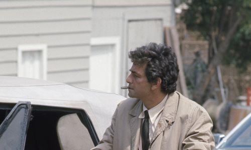 Serialowy Columbo miał niechlujny, kopcący samochód, który często się psuł. To niezwykły, jak na amerykańskie warunki, europejski samochód – stary, zaniedbany, poobijany i mocno zdezelowany Peugeot 403 kabriolet z 1959 roku. Fot. NBCU Photo Bank.Getty Images