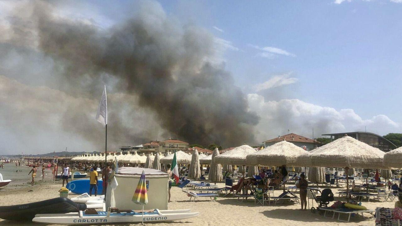 Ogień dotarł także na plaże (fot. PAP/EPA/LORENZO DOLCE)