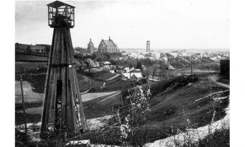 Pod koniec XIX wieku w okolicach Biecza odkryto ropę i zaczął się rozwijać przemysł petrochemiczny. Pierwszy szyb naftowy założono tutaj w latach siedemdziesiątych w północno-zachodniej części miasta. Co ciekawe, już w XX wieku interesy prowadziła tu rodzina Noblów – synowie słynnego wynalazcy dynamitu w Szwecji, których spółka kupiła rafinerię w Libuszy. Po 1918 roku weszła ona w skład międzynarodowego koncernu RockefellerSzyb naftowy w Załawiu koło Biecza - widok zewnętrzny. Fot. NAC/IKC, sygn. 1-G-1410-2