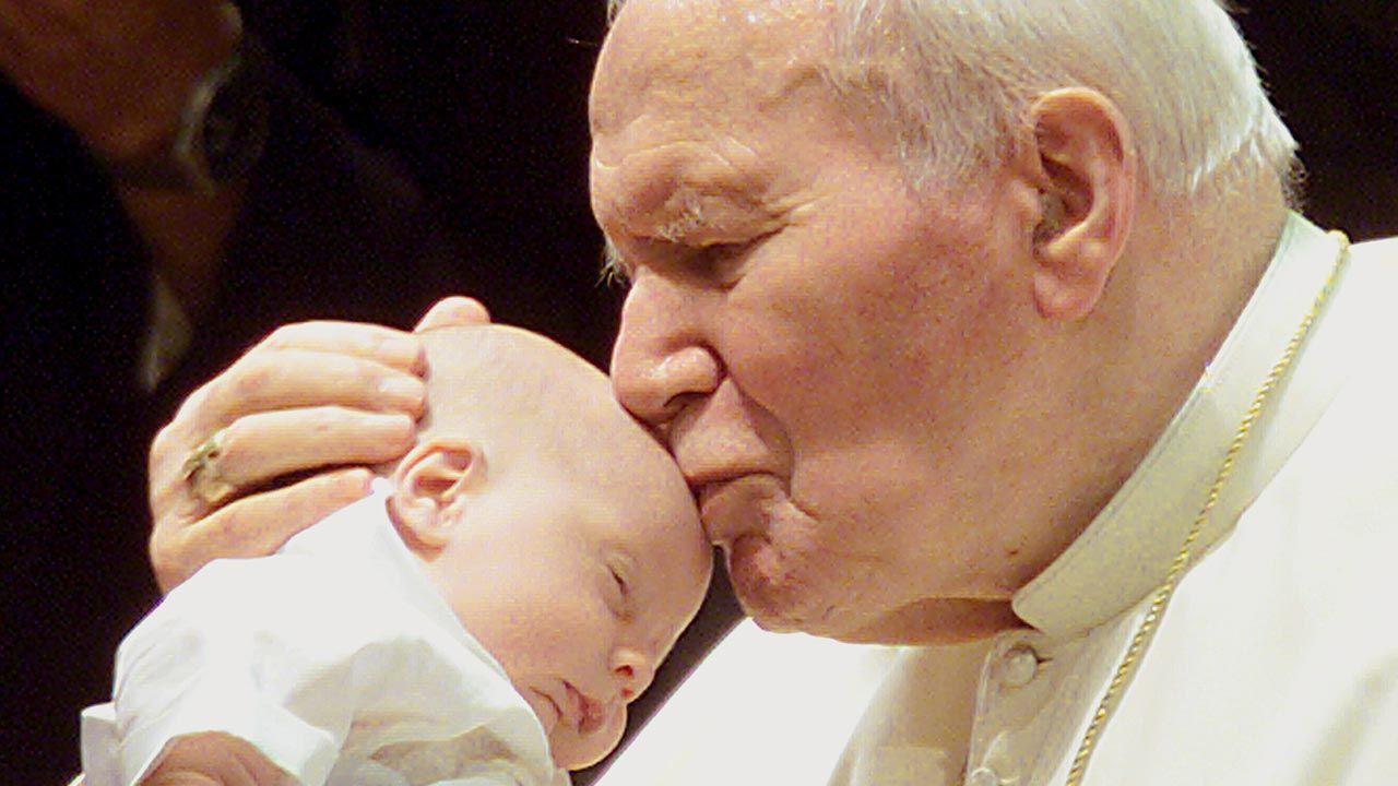 """""""Tego pragnął Ojciec Święty Jan Paweł II. Jestem bardzo szczęśliwa, że tego dożyłam"""" – napisała prof. Półtawska (fot. PAP/EPA ALESSANDRO BIANCHI)"""