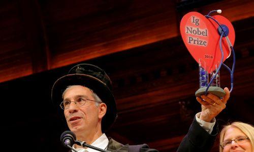 """Mistrz ceremonii Marc Abrahams trzyma statuetkę Ig Nobla.  Nagrody przyznaje satyryczno-naukowy magazayn """"Annals of Improbable Research"""", czyli """"Roczniki Badań Nieprawdopodobnych"""", które założył ten pasjonat nauki i kieruje pismem do dziś. Fot. REUTERS/Brian Snyder"""