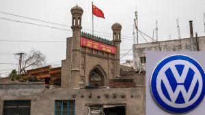 Bulwersująca działalność niemieckiego giganta w Chinach (fot.  Kevin Frayer/Getty Images; Shutterstock)