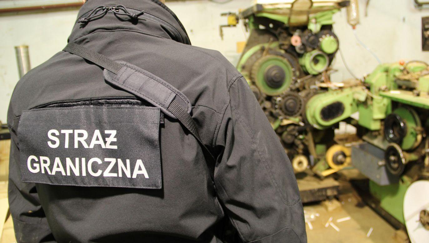 Gang wprowadził na rynek setki tysięcy paczek podróbek znanych marek tytoniowych (fot. nadodrzanski.strazgraniczna.pl)
