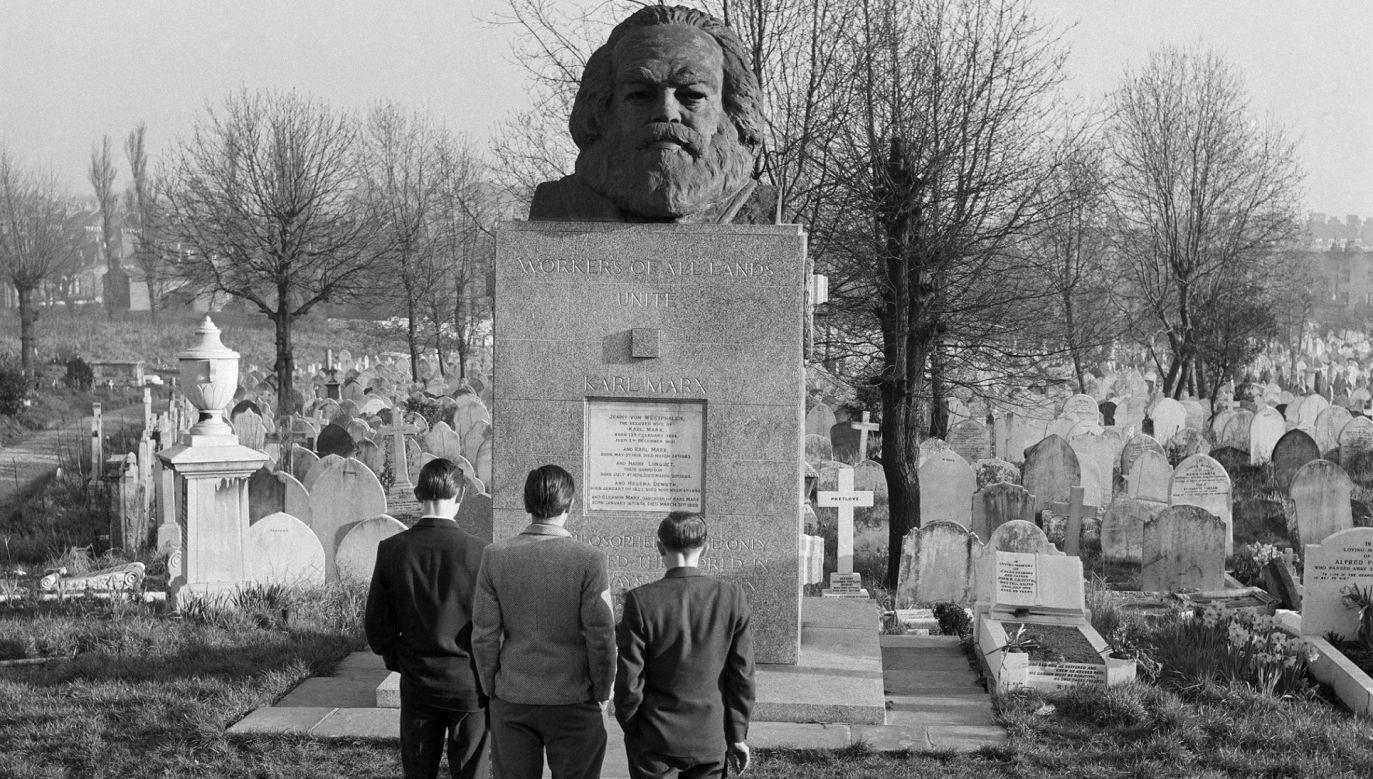 Grób Karola Marksa na cmentarzu Highgate na Hampstead w Londynie, około 1970 roku. Został on pierwotnie pochowany w skromniejszym grobie na Cmentarzu Wschodnim, ale jego szczątki przeniesiono do obecnego grobu w 1954 r. Fot. English Heritage / Heritage Images / Getty Images