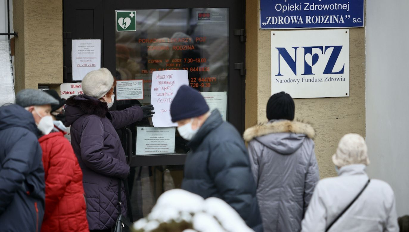 Kolejka do zapisów na szczepienie pod przychodnią przy ul. Puszczyka 14 w Warszawie (fot. PAP/Leszek Szymański)
