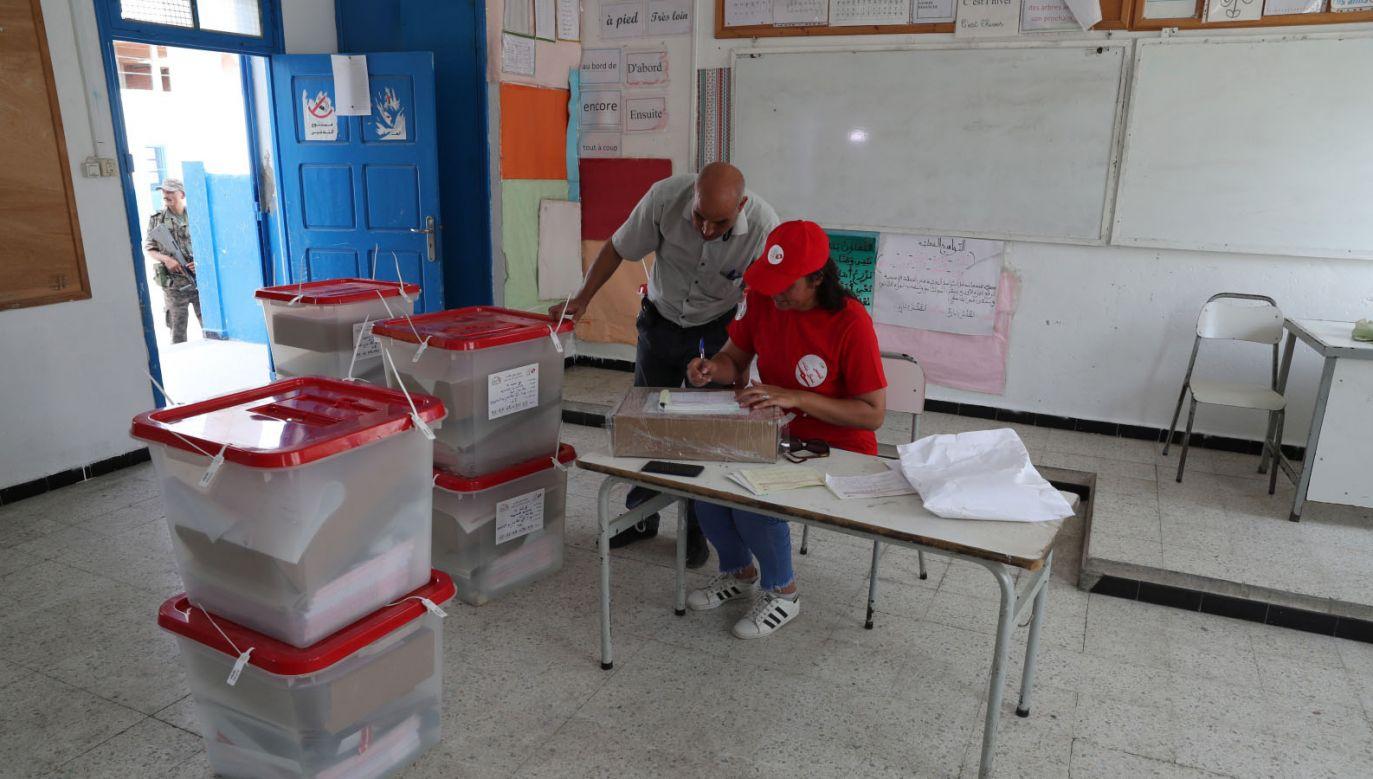 Ostatnie przygotowania przed głosowaniem w jednym z lokali wyborczych w Tunisie (fot. PAP/EPA/MOHAMED MESSARA)
