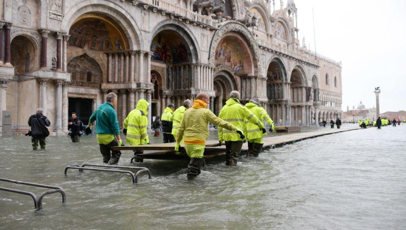 Plac świętego Marka nadal jest zalany (fot. PAP/EPA/ANDREA MEROLA)