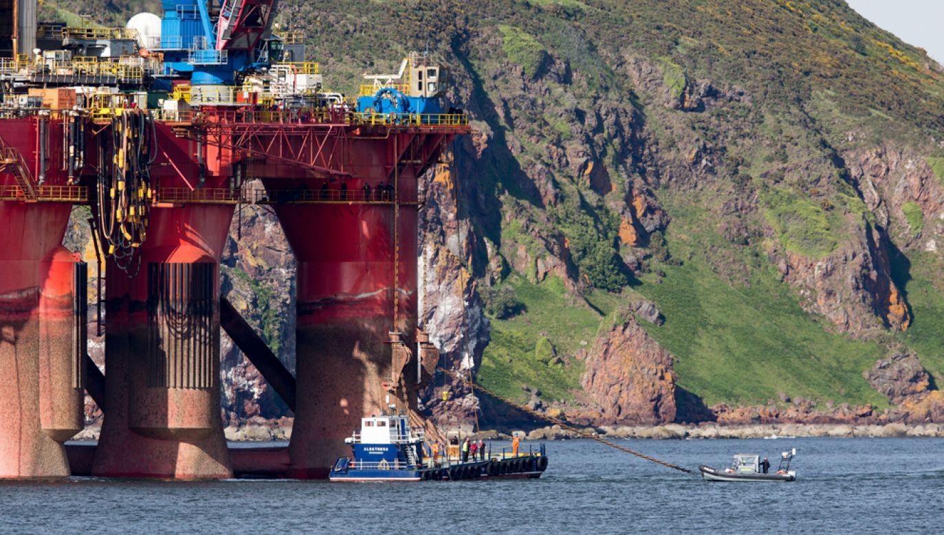 Aktywiści Greenpeace zablokowali trasę przenoszonej na nowe miejsce platformy wietrniczej, zmuszając ją do zawrócenia (fot. PAP/EPA/ROBERT PERRY