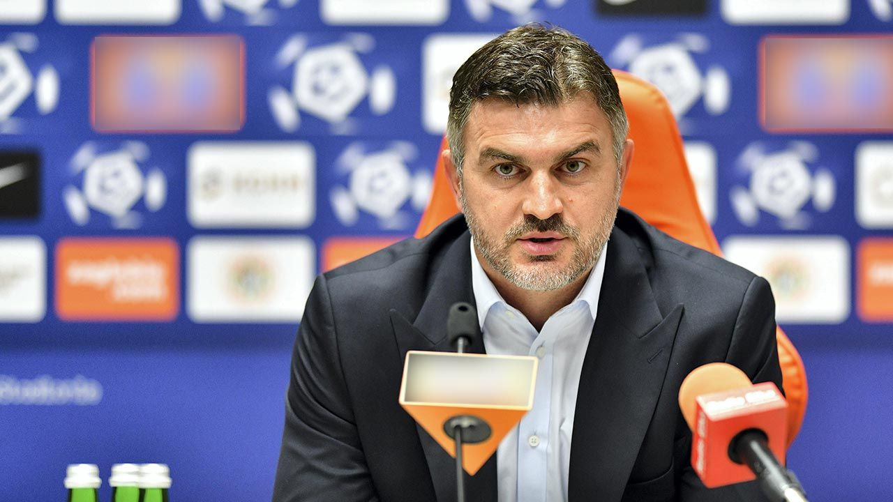 Michał Żewłakow z aktem oskarżenia (fot. PAP/Jan Karwowski)
