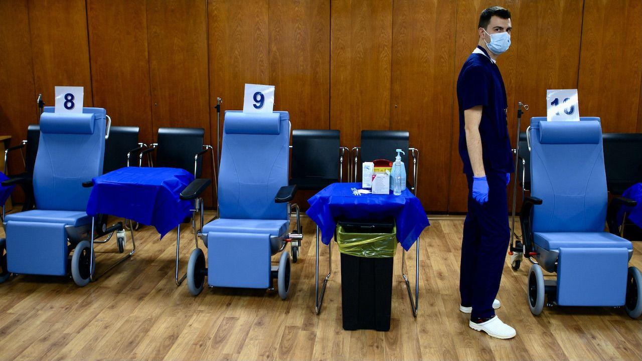 Brakuje szczepionek dla seniorów (fot. PAP/EPA/VASSIL DONEV)
