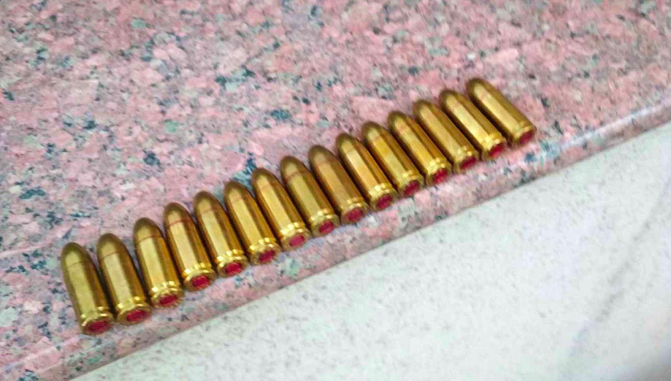 Podczas przeszukań w mieszkaniach gangsterów znaleziono m.in. broń palną (fot. policja.gov.pl)
