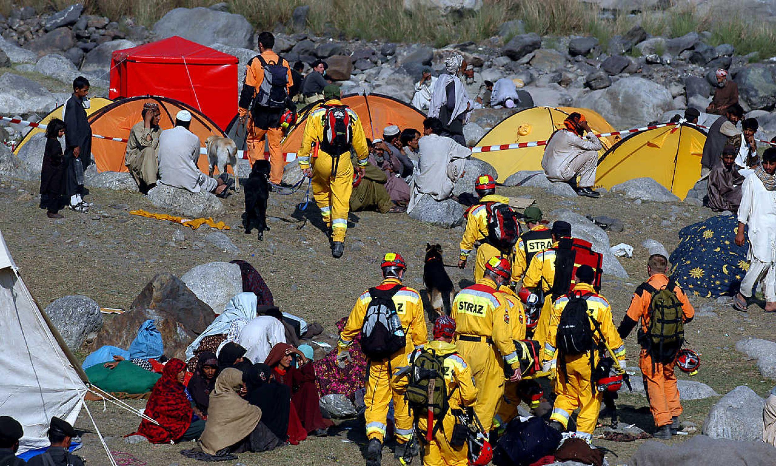 W 2005  roku w trzęsieniu ziemi w pakistańskim Kaszmirze zginęło 86 tysięcy osób, a ponad 69 tys. zostało rannych. Największą trudnością dla małopolskich ratowników było miejsca zdarzenia: wysoko w górach, powyżej 3000 metrów nad poziomem morza. Żaden środek transportu nie mógł tam dotrzeć, bo osunęły się drogi. Musieli iść wąziutkimi dróżkami wysoko w góry, szukając potrzebujących pomocy. A potrem wracali do swojego obozu w Balakot. Fot. zbiór prywatny Krzysztofa Grucy