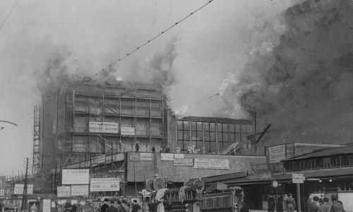 Jeszcze przed II wojną światową, w czerwcu 1939 roku na dworcu wybuchł pożar i zniszczył część ukończonej realizacji. Akcja gaszenia pożaru. Fot. NAC/IKC, kod 3/1/0/8/3753/3Jeszcze przed II wojną światową, w czerwcu 1939 oku na dworcu wybuchł pożar i zniszczył część ukończonej realizacji.