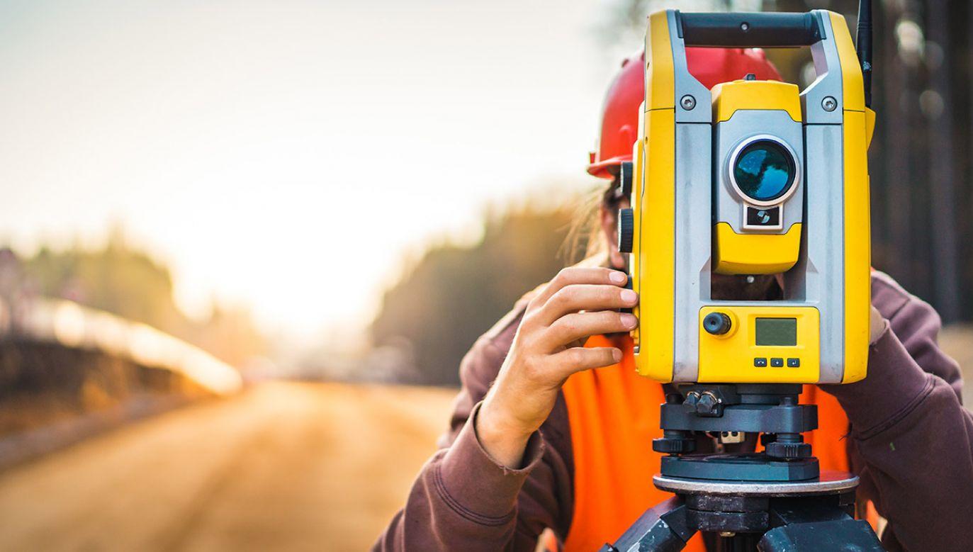 Zmiana upraszcza sposób pobierania od geodetów opłat za dokumenty potrzebne im do pracy (fot. Shutterstock/Freedy)