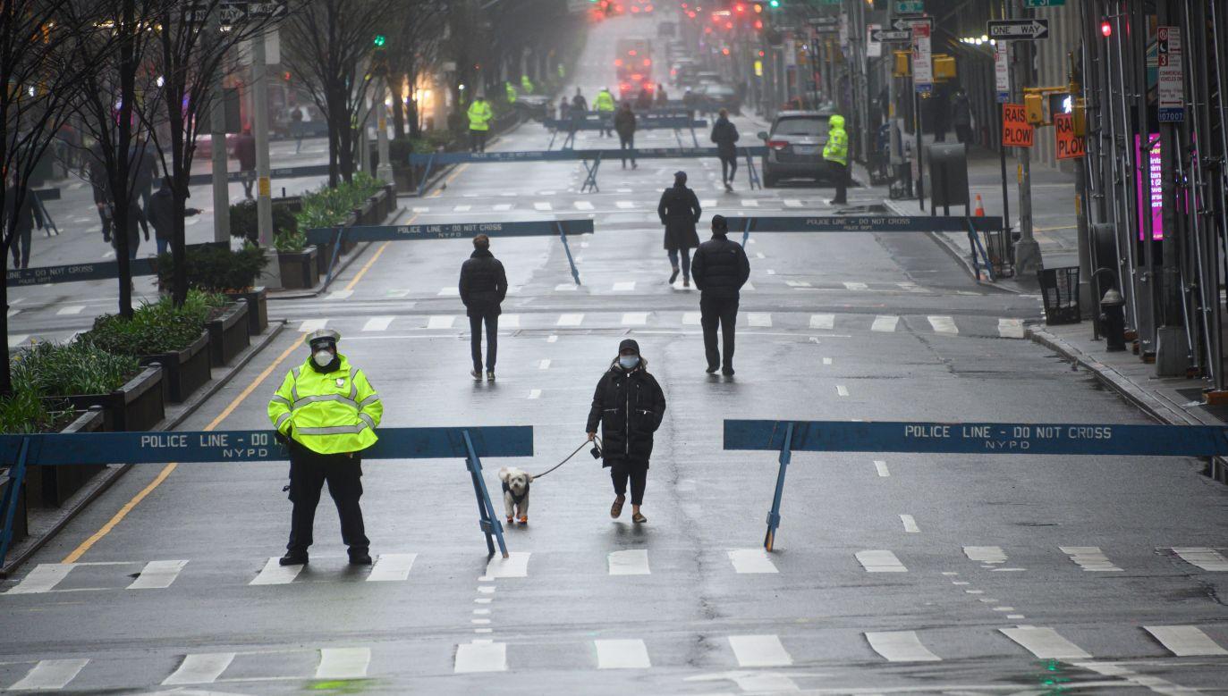 Niektóre ulice Nowego Jorku zostały zamknięte dla ruchu samochodowego by umożliwić przemieszczanie się pieszych z zachowaniem odpowiedniego dystansu (fot. Noam Galai/Getty Images)
