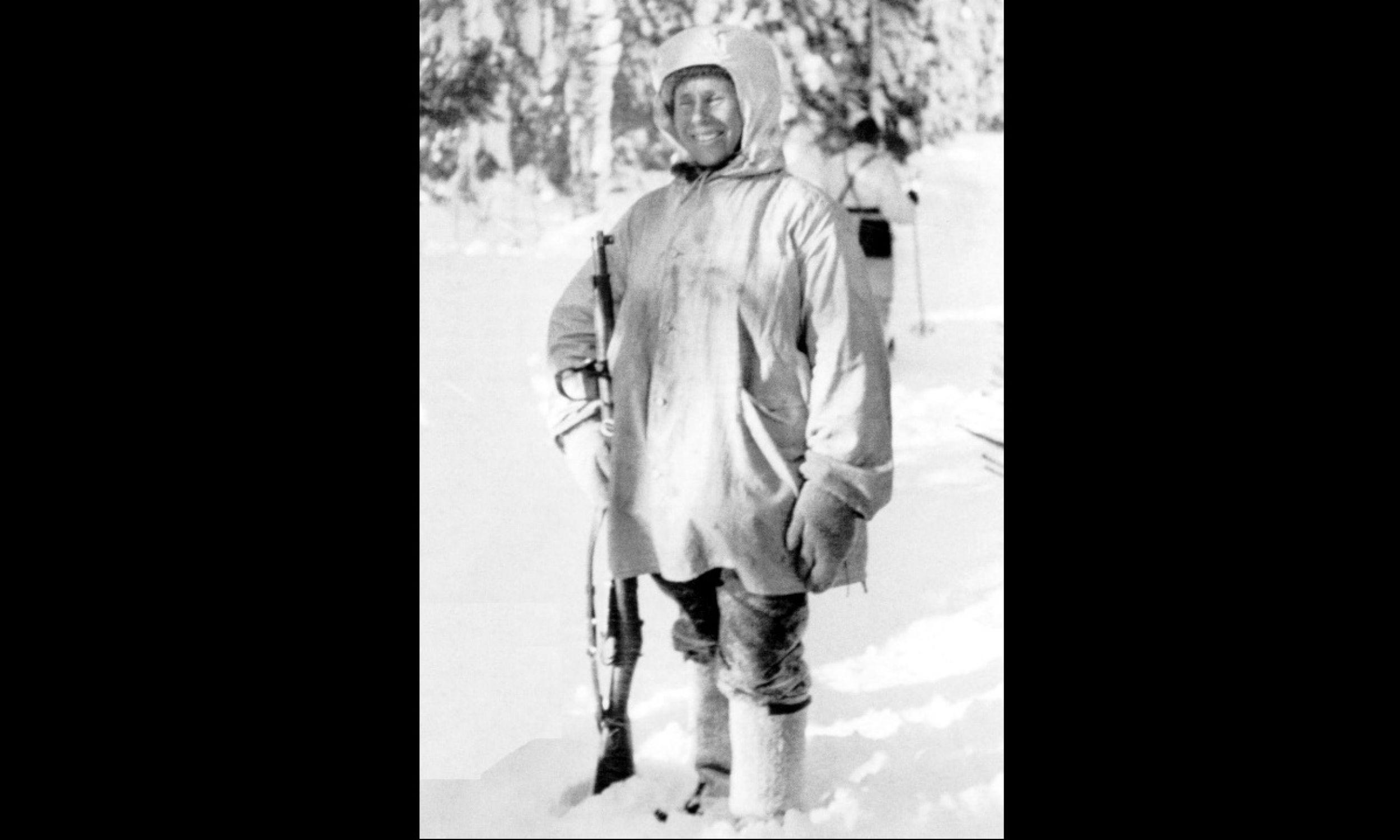 """Simo Häyhä, ps. Biała Śmierć, z fińskim wariantem karabinu wyborowego Mosin M28. Pytany po wojnie o swą skuteczność i rekord ponad 505 zabitych wrogów odparł: """"Robiłem co mi kazano – najlepiej, jak mogłem"""". Zmarł w 2002 r. Fot. Wikimedia Commons / Finnish Military Archives - Tapio A.M. Saarelainen:"""